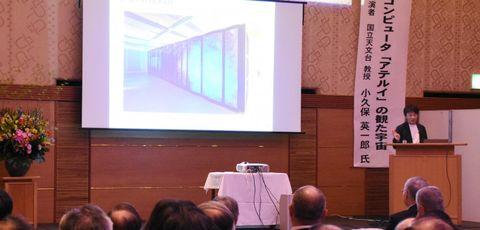 10周年記念講演会で「アテルイ」について説明する小久保英一郎教授