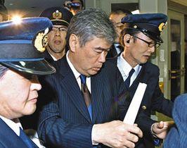 辞任を表明し、財務省を退庁する福田淳一事務次官(中央)=18日午後7時7分、東京・霞が関で