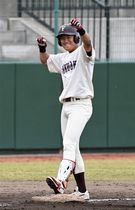 【福岡大-西南大】4回1死二塁、先制の適時三塁打を放ち、ベンチに向かってポーズを決める福岡大・永江(撮影・宮下雅太郎)