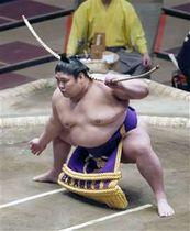 今年1月の初場所で弓取り式をする将豊竜=両国国技館