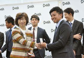 本社を訪問し、南場智子オーナー(左)と名刺交換するDeNAドラフト1位の東=19日、東京都渋谷区