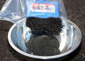 玉鋼作りに使う砂鉄。猪苗代湖岸で採取した