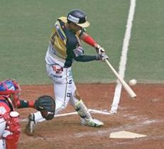5回、栃木GBの佐藤が右前適時打を放つ=エイジェックさくら球場