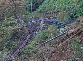 土砂崩れの影響で線路などが流失した現場=6日、箱根町