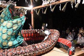 激しい立ち回りで住民や神楽ファンを魅了した「大蛇退治」