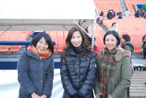 鈴木朋子さん(中)ら、「メイク・ア・ウィッシュ・オブ・ジャパン」の担当者たち=19日、横浜スタジアム