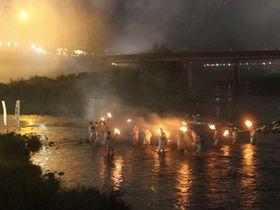 4500発、山にこだま 名張川花火、火渡りで開始 三重県