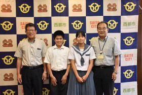 令和遣欧少年使節として渡欧する長友束紗さん(右から2人目)、杉田栄人さん(同3人目)