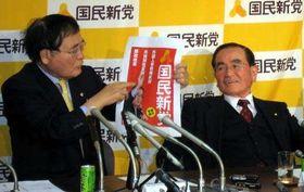 亀井静香氏(左)とともに国民新党の記者会見に出席した郁夫氏(2010年2月24日)
