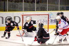 北海道・駒大苫小牧高との練習試合でゴールを守るGK藤本那(左から2人目)=白鳥王子アイスアリーナ