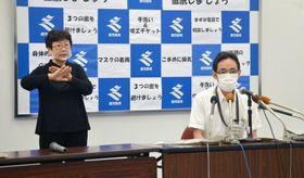 鹿児島県内の感染状況を説明する地頭所恵・県くらし保健福祉部長(右)=4日、県庁