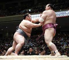 貴景勝(左)が押し出しで宝富士を下す=両国国技館