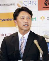 BCリーグの富山の監督就任が決まり、記者会見する二岡智宏氏=15日、富山県高岡市