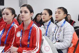 19日、フィギュアスケート女子SPの滑走順抽選を見守る(左から)アリーナ・ザギトワ、エフゲニア・メドベージェワ、宮原知子、坂本花織の各選手