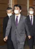 マスクを着用し、首相官邸を出る安倍首相=5日午後