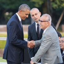 2016年5月、広島市の平和記念公園を訪問したオバマ米大統領(当時・左)と握手する森重昭さん