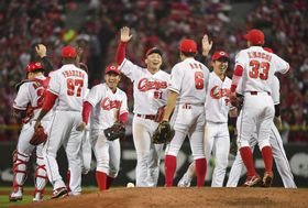 プロ野球セ・リーグのCSファイナルステージを突破して日本シリーズ進出を決め、喜ぶ広島ナイン=19日、マツダスタジアム