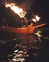 閉幕を迎えた伝統漁「長良川鵜飼」=15日夜、岐阜市