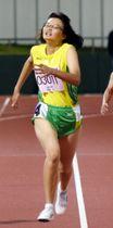 少年女子200メートル ラストスパートをかけて1位に入った中里巴(盛岡峰南高等支援学校)=福井県営陸上競技場