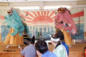 権現舞を披露する藤島獅子舞保存会のメンバー