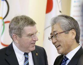 2014年2月、ソチ五輪の「ジャパンハウス」で開かれたレセプションで、言葉を交わすIOCのバッハ会長(左)とJOCの竹田恒和会長=ソチ(共同)