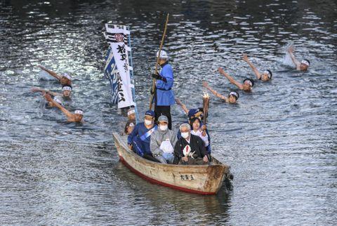 高松城の堀を和船で聖火リレー