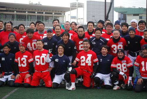 「赤と青の戦い」を再現したNICHIDAIと関学大の選手達=3日、川崎球場