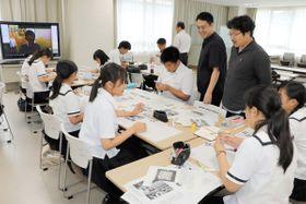 ダミーの記事や写真を使って思い思いにレイアウトをする生徒たち=小豆島町蒲生、小豆島中央高