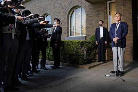 新型コロナウイルス対応の関係閣僚と協議後、報道陣の取材に応じる菅首相=5日午後、首相公邸前