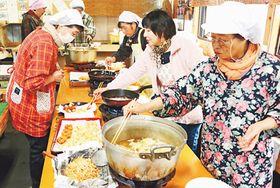 ヒマワリ油で天ぷらを調理する参加者