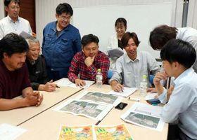 イベントの打ち合わせをする冨田さん(右から3人目)たちメンバー