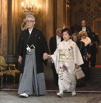 スウェーデン国王主催の晩さん会に向かう本庶佑・京都大特別教授と妻の滋子さん=11日、ストックホルム(共同)