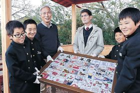 ぐず焼まつりをテーマに制作した陶板を贈る児童=加賀市動橋町