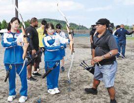 パラオの選手から教わりながらアーチェリーを体験する蔵王高の生徒たち