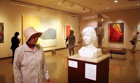 舟越保武「R嬢」(手前)などが並ぶコレクション展