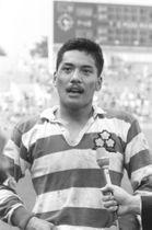 1989年5月、ラグビー国際親善最終戦でスコットランドに勝利、試合後にインタビューを受ける平尾誠二さん=秩父宮ラグビー場