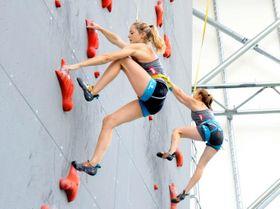 スピード種目を練習するジェシカ・ピルツ(左)とサンドラ・レットナー=石鎚クライミングパークSAIJO