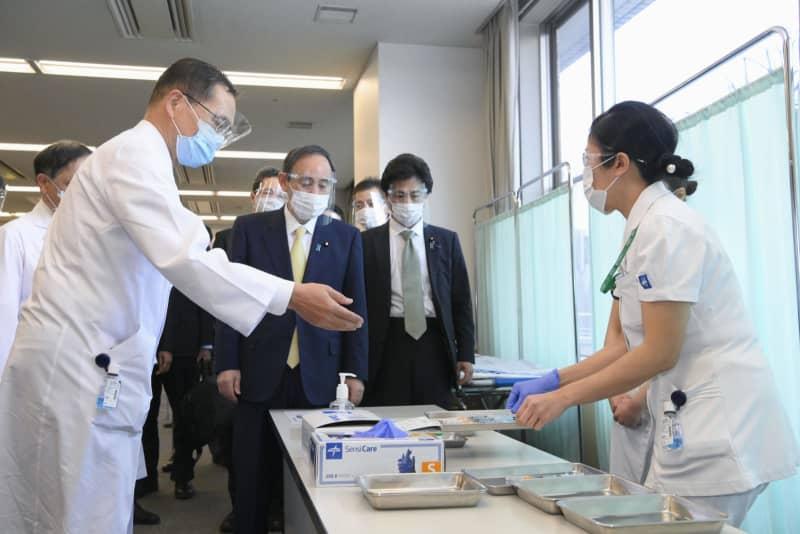 新型コロナウイルスワクチンの先行接種を実施している東京医療センターを視察する菅首相=18日午後、東京都目黒区