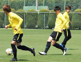 前日練習で汗を流す関川(中央)ら=クラブハウスグラウンド
