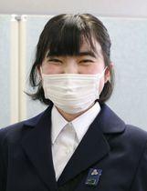 記者会見で笑顔を見せる神奈川県立相模原高2年の田村真子さん=7日、相模原市