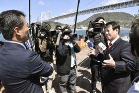 視察する国民民主党の原口一博国対委員長(右端)。奥は関門海峡=15日午前、北九州市