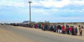 拘束された移民集団の一部=14日、米アリゾナ州(米税関・国境警備局提供、AP=共同)