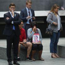 11日、米ニューヨークで中枢同時テロの追悼式典会場を訪れた犠牲者の家族ら(ゲッティ=共同)