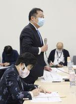 「富士山登山鉄道構想」を巡る検討会の理事会で、発言する山梨県の長崎幸太郎知事(手前から2人目)=2日午後、東京都内