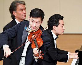 ドビュッシーの「バイオリンソナタ 第3楽章」を演奏する五嶋龍さん(手前)と、鈴木隆太郎さん(右)=25日、浦添市のアイム・ユニバースてだこホール(下地広也撮影)