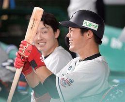 ベンチで笑顔の西武・高木(右)=9月15日撮影