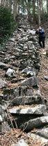 長岩城を特徴づける「登り石垣」。登りが続いて、記者もへとへとになった