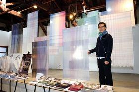 極細の糸を使用したストールをデザインした鬼塚創さん=西脇市西脇、播州織工房館