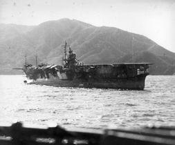 1939年、高知・宿毛に停泊する空母「蒼龍」(大和ミュージアム提供)
