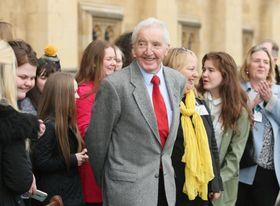 英国会議事堂の外で支持者に囲まれ、笑顔のデニス・スキナー=ロンドン(撮影・松井勇樹、共同)